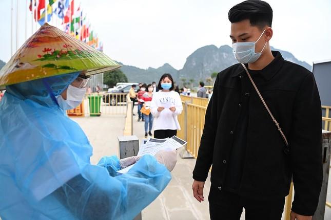 Hà Nam: Người dân khai báo y tế trước khi vào chùa Tam Chúc ảnh 4