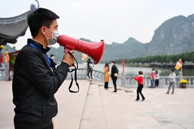 Hà Nam: Người dân khai báo y tế trước khi vào chùa Tam Chúc ảnh 5