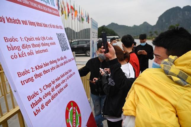 Hà Nam: Người dân khai báo y tế trước khi vào chùa Tam Chúc ảnh 3