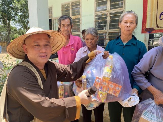 Ban Từ thiện xã hội GHPGVN huyện Long Thành tặng quà đến đồng bào dân tộc ảnh 2