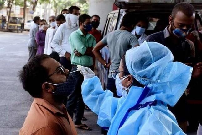 Ấn Độ: Hơn 2.100 người tử vong do Covid-19 trong một ngày ảnh 1