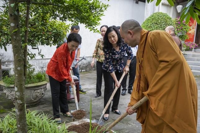 Nguyên Chủ tịch Quốc hội Nguyễn Thị Kim Ngân thăm chùa Phật Tích ảnh 2