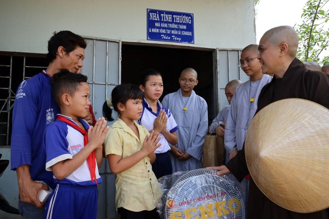 Chùa Thiên Quang tặng quà cho người nghèo tại Bình Thuận ảnh 3