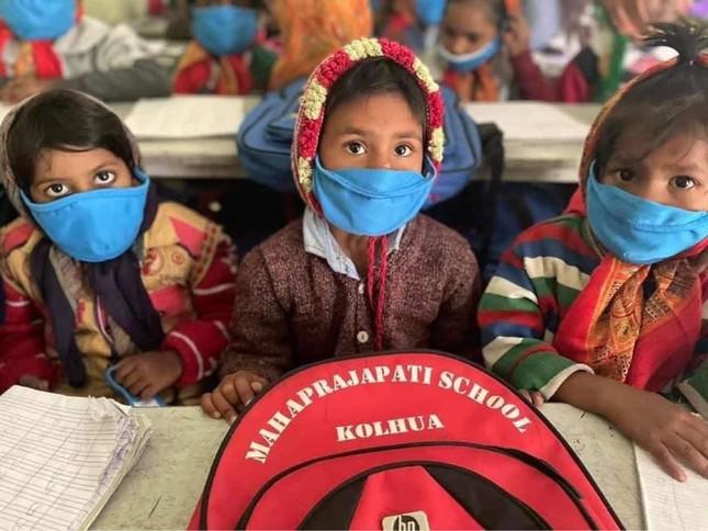 Nghệ sĩ Đại Nghĩa quyên góp tặng quà đến người dân Ấn Độ, ở Vaishali, bang Bihar ảnh 1