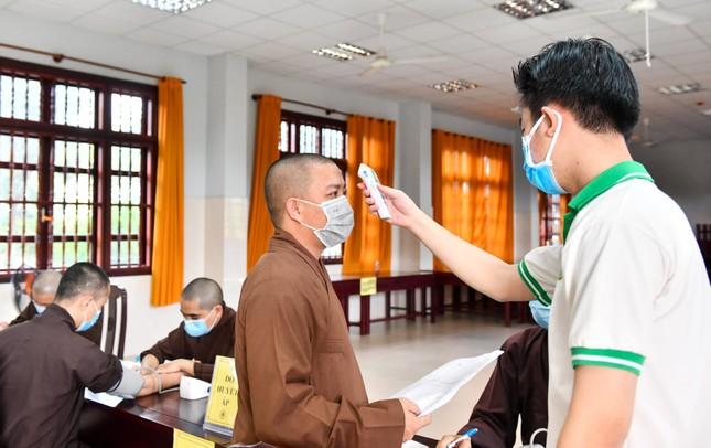 Gần 500 Tăng, Ni sinh nội trú của Học viện Phật giáo VN tại TP.HCM hiến 400 đơn vị máu ảnh 1