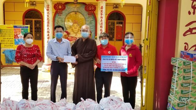 Phật giáo quận 8 tiếp tục trao quà hỗ trợ đến hộ nghèo trong mùa dịch Covid-19 ảnh 1