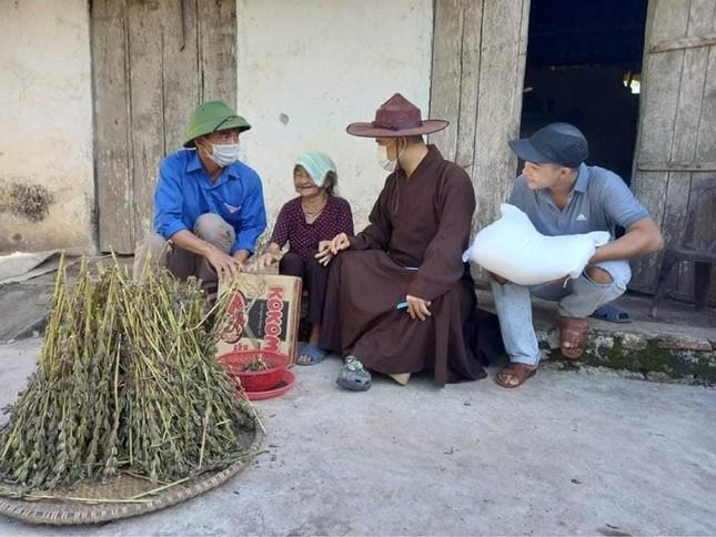 Chùa Kim Liên, huyện Yên Thành trao 100 phần quà đến gia đình nghèo, khó khăn ảnh 1