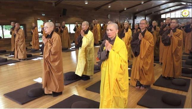 Pháp: Làng Mai tổ chức lễ cầu nguyện trực tuyến cho Việt Nam trước đại dịch Covid-19 ảnh 1