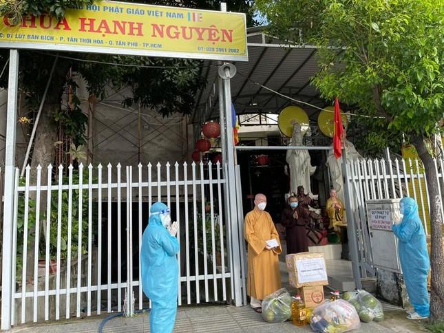 Ban Trị sự Phật giáo quận Tân Phú cúng dường tịnh tài, phẩm vật đến các cơ sở tự viện ảnh 4