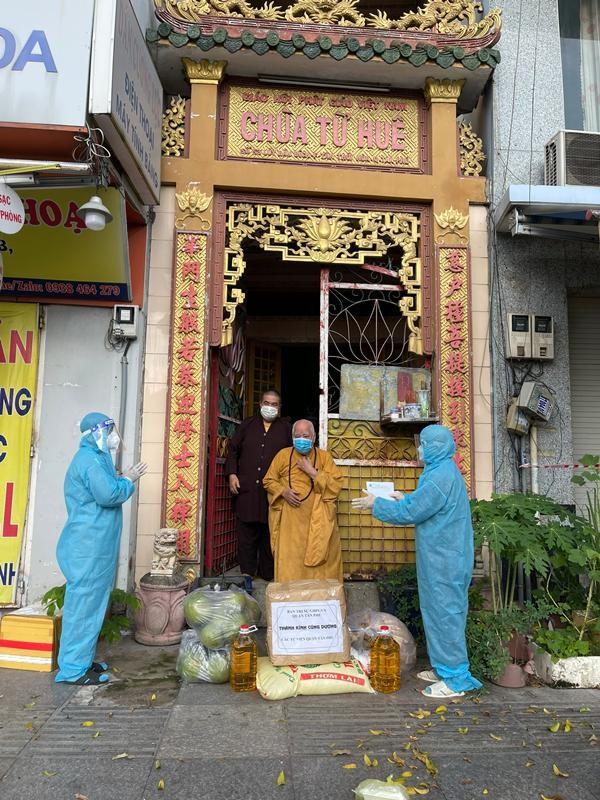 Ban Trị sự Phật giáo quận Tân Phú cúng dường tịnh tài, phẩm vật đến các cơ sở tự viện ảnh 5