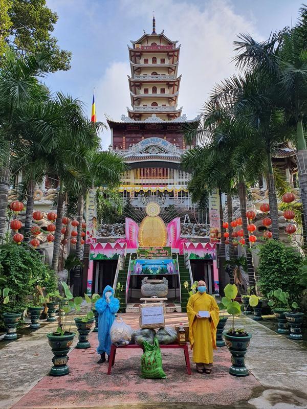 Ban Trị sự Phật giáo quận Tân Phú cúng dường tịnh tài, phẩm vật đến các cơ sở tự viện ảnh 7
