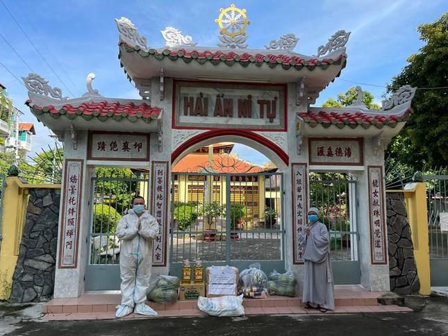 Ban Trị sự Phật giáo quận Tân Phú cúng dường tịnh tài, phẩm vật đến các cơ sở tự viện ảnh 9