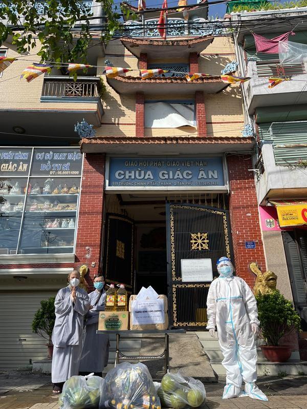 Ban Trị sự Phật giáo quận Tân Phú cúng dường tịnh tài, phẩm vật đến các cơ sở tự viện ảnh 11