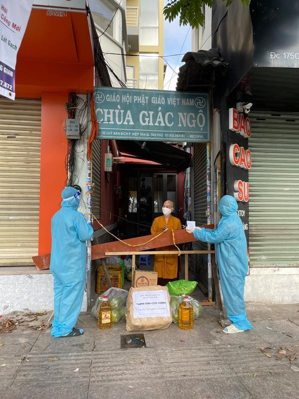 Ban Trị sự Phật giáo quận Tân Phú cúng dường tịnh tài, phẩm vật đến các cơ sở tự viện ảnh 14