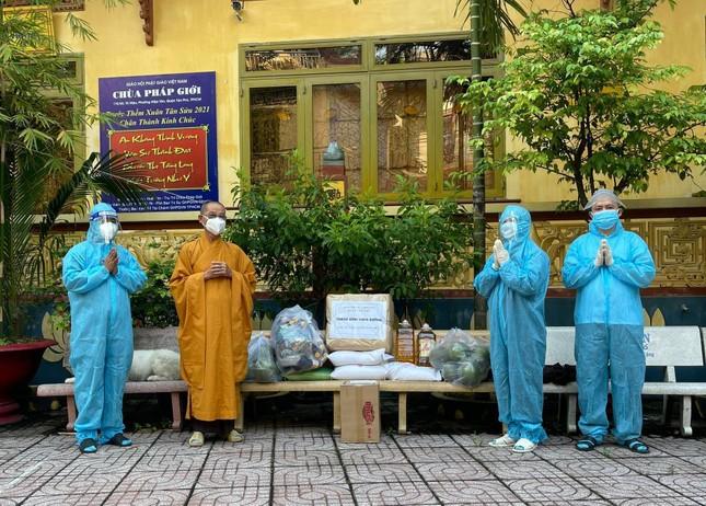 Ban Trị sự Phật giáo quận Tân Phú cúng dường tịnh tài, phẩm vật đến các cơ sở tự viện ảnh 1