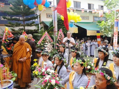 Gia đình Phật tử Đại Giác dâng hoa cúng Phật.jpg