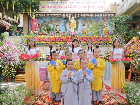 Vũ đoàn Sen Trăng và quý sư tiểu chùa Năng Nhơn ca mừng Phật đản.jpg