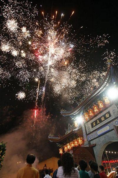 Người châu Á hân hoan đón mừng năm mới Nhâm Thìn-2012 ảnh 1