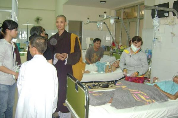 Nha Trang: Hóa trang Di Lặc mang Tết đến bệnh nhân ảnh 18