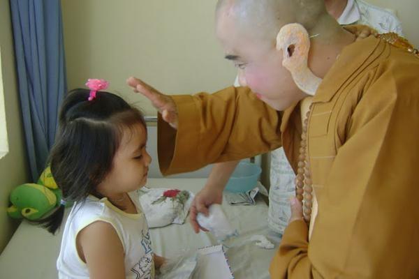 Nha Trang: Hóa trang Di Lặc mang Tết đến bệnh nhân ảnh 1