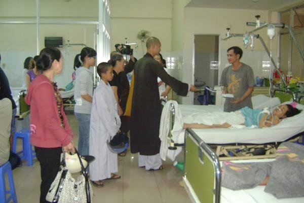 Nha Trang: Hóa trang Di Lặc mang Tết đến bệnh nhân ảnh 7