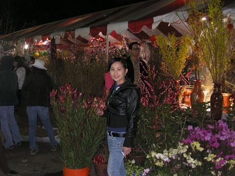 Tết rơi vào dịp cuối tuần, nên người đi chợ hoa thật là đông vui.