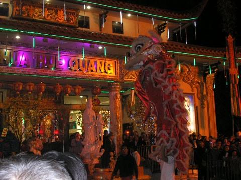 Đông đảo bà con Phật tử người Việt đến chùa để cầu an cho năm mới. Trong sân chùa cũng có màn múa lân.