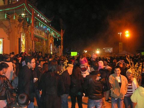 Đông đảo bà con Phật tử người Việt đến chùa để cầu an cho năm mới.