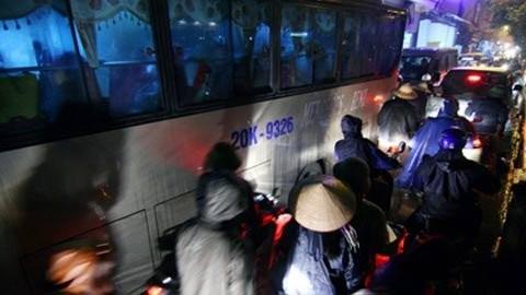 Đội mưa rét, chen nhau khai hội chùa Hương ảnh 2