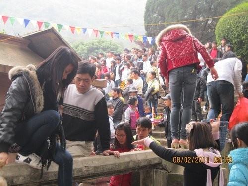 Đội mưa rét, chen nhau khai hội chùa Hương ảnh 3