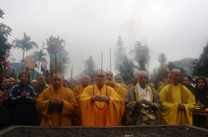 """Nhích từng bước trong """"biển người"""" đổ về khai hội chùa Hương ảnh 9"""