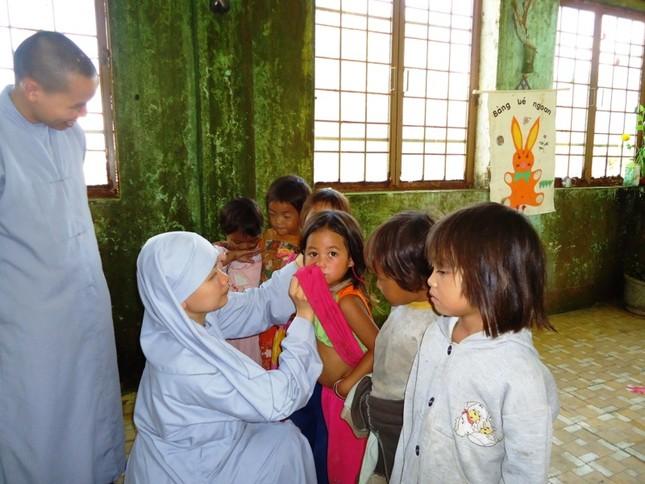 Tăng Ni lên núi Ngọc Linh làm từ thiện04.JPG