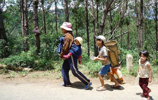 Tăng Ni lên núi Ngọc Linh làm từ thiện08.JPG