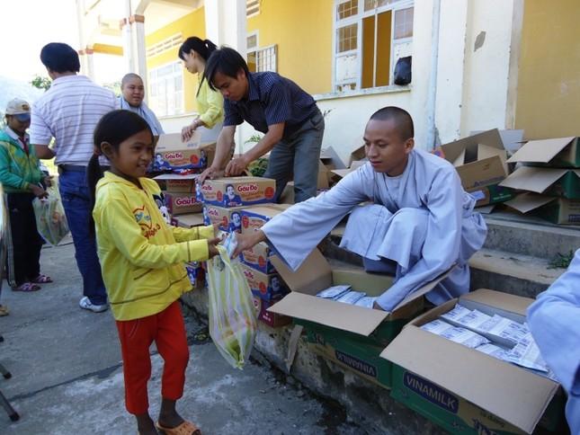 Tăng Ni lên núi Ngọc Linh làm từ thiện15.JPG