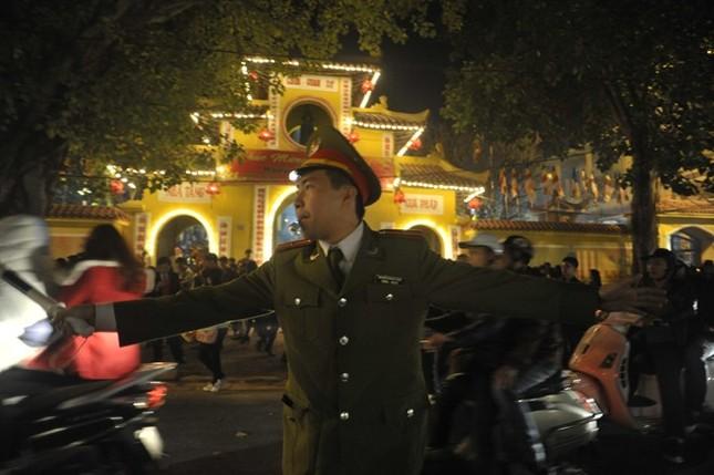 Hà Nội: Chen chân lễ chùa ngày đầu năm ảnh 2