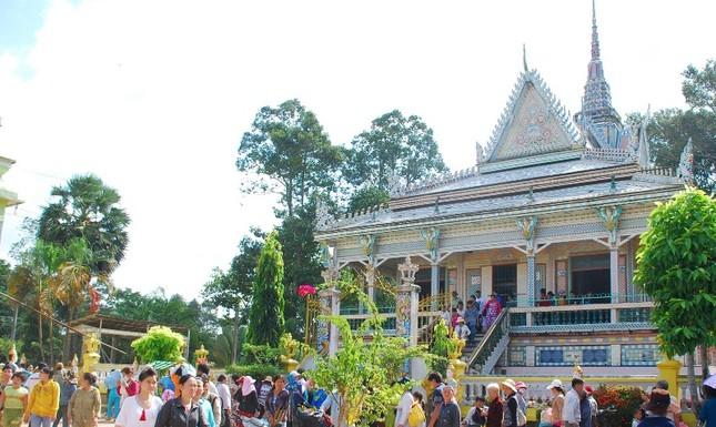 Điểm du lịch tâm linh chùa Sro Lôn (xã Đại Tâm, huyện Mỹ Xuyên) thu hút đông đảo khách tham quan chiêm bái ngày đầu năm.jpg