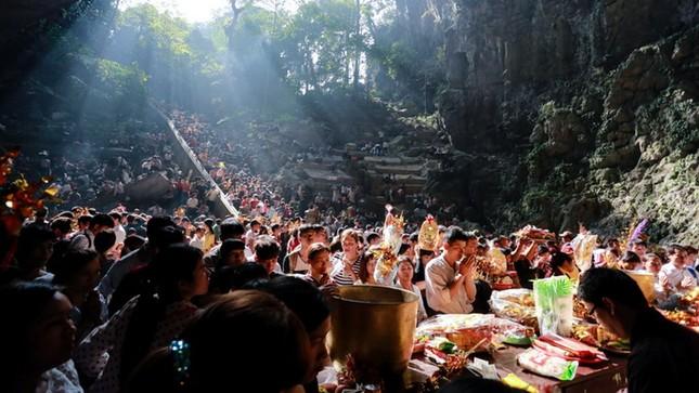 Hơn 5 vạn du khách chen chân trẩy hội chùa Hương ảnh 6