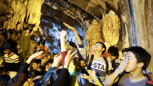 Hơn 5 vạn du khách chen chân trẩy hội chùa Hương ảnh 7