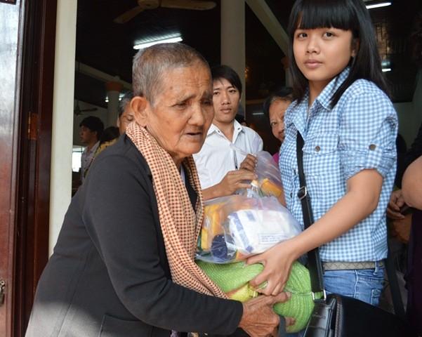 Ban tổ chức trao quà tết cho người già neo đơn.JPG