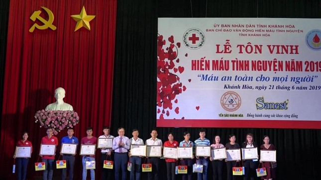 Cá nhân nhận BK của UBND tỉnh Khánh Hòa.jpg