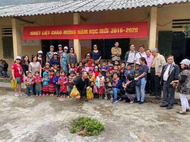 Tang qua cho GV-HS nguoi dan toc tinh Ha Giang (1).jpg