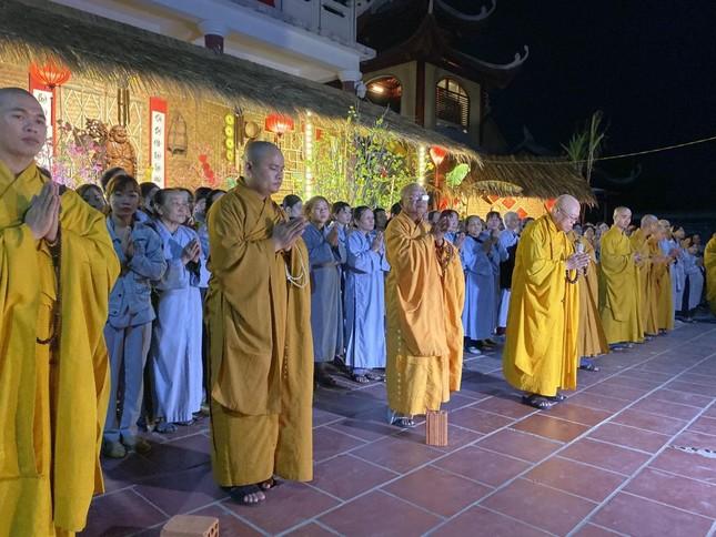 KON TUM - Chùa Huệ Chiếu - hòa thượng cùng đại chúng đã thiền hành đến sân trước đại điện để hành lễ niệm kinh cầu an.jpg