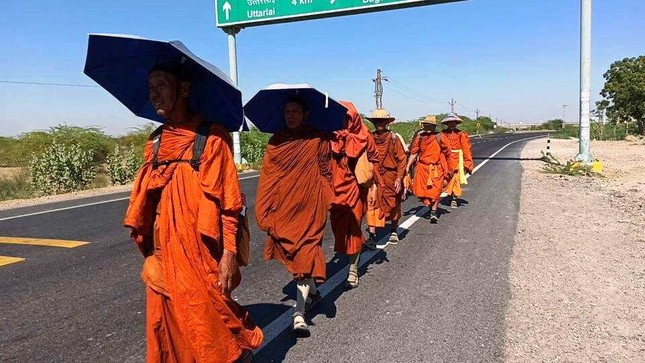 13 nha su Thai Lan.jpg