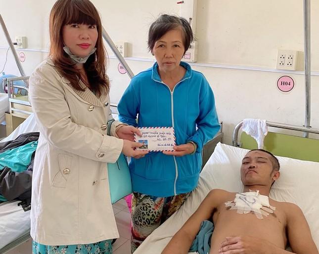 Chị Minh Thu trao tiền đến gia đình bệnh nhân.jpg