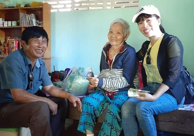 Tặng quà cho người già neo đơn ở xã Diên Xuân, huyện Diên Khánh.jpeg