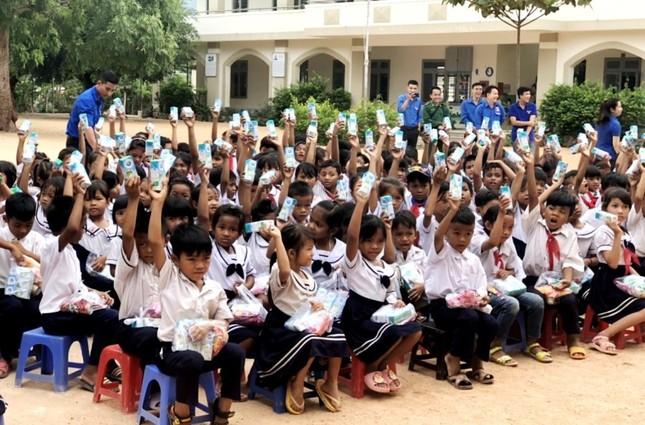 Các học học sinh nhận quà.jpg