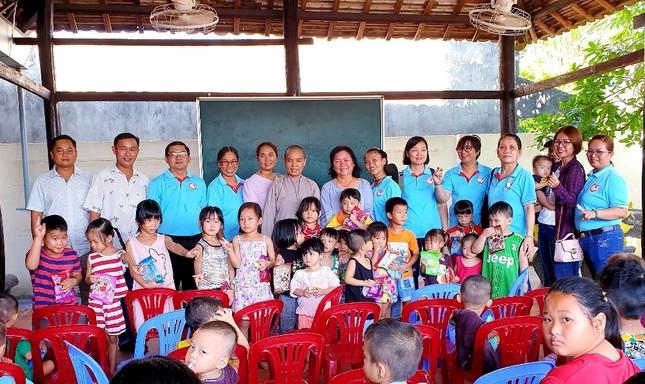 Tặng quà đến trẻ em đặc biệt khó khăn tại Mái ấm chùa Phật Bửu.jpg