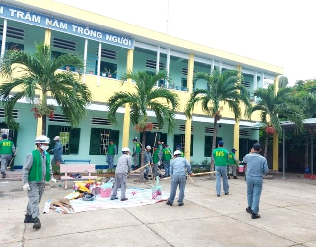 Nhà quản lý và công nhân sơn lại phòng học của trường TH Ninh Diêm.jpg