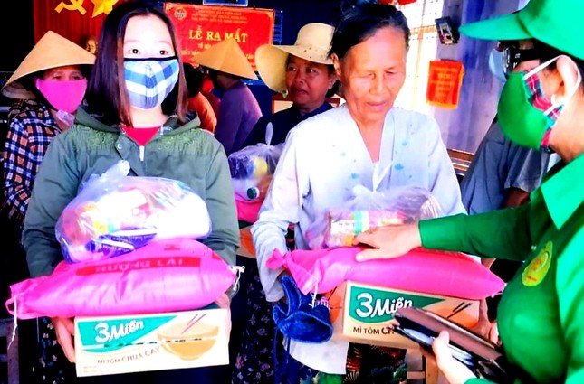 Tặng quà đến hộ nghèo thôn Tân Lâm (2).jpg