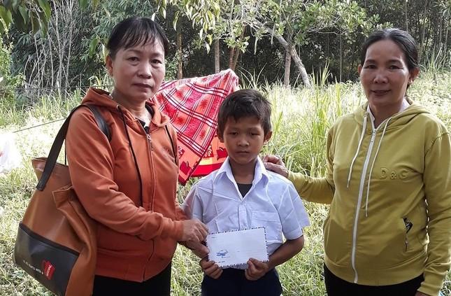Trao tiền hỗ trợ học sinh nghèo xã Diên Đồng.jpg